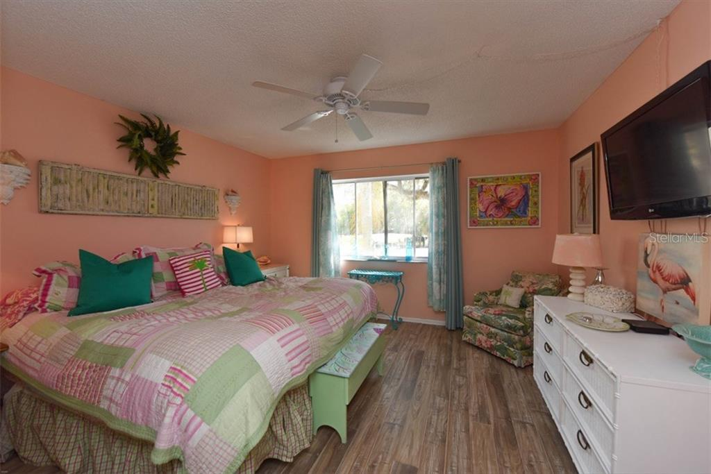 Spacious Maser bedroom. - Condo for sale at 1330 Glen Oaks Dr E #275d, Sarasota, FL 34232 - MLS Number is A4178649