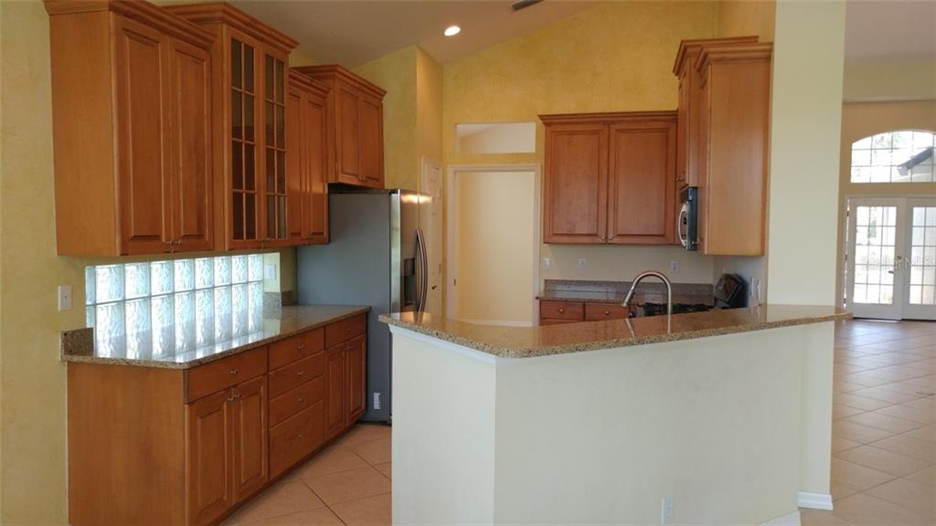 Kitchen - Single Family Home for sale at 7111 Sandhills Pl, Lakewood Ranch, FL 34202 - MLS Number is A4185112