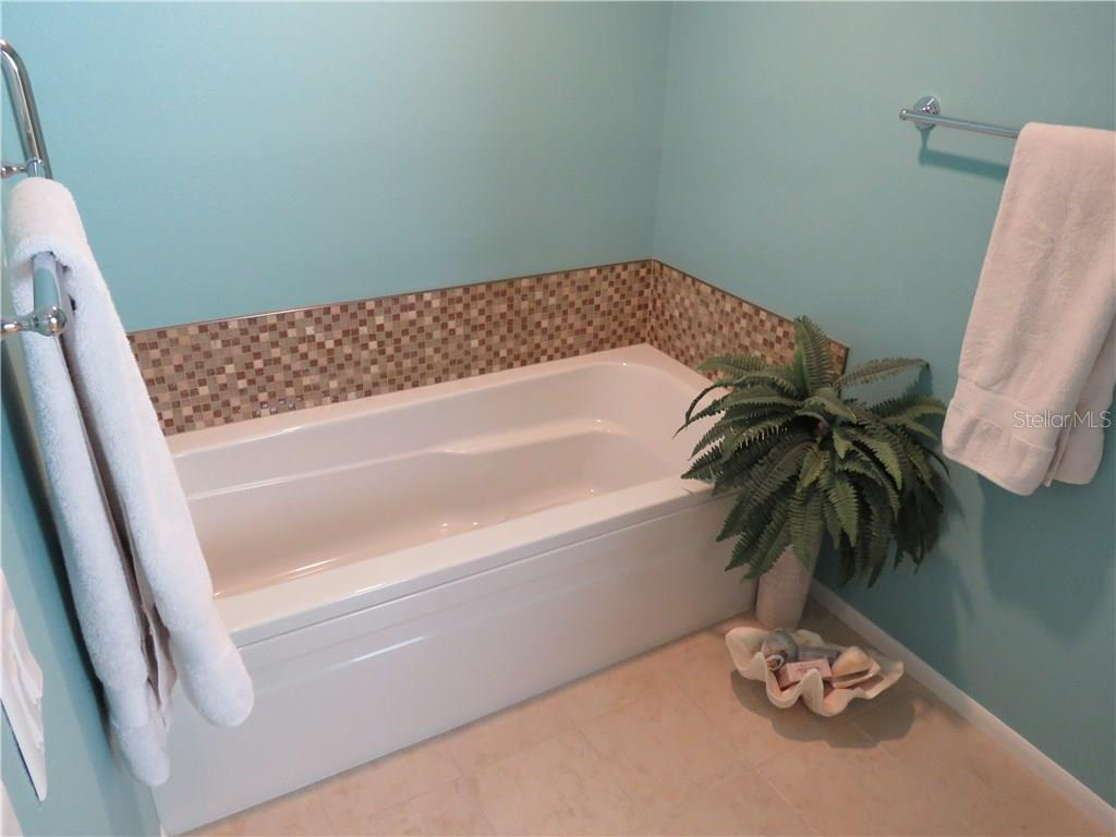 Ensuite master bath also includes large soaker tub. - Single Family Home for sale at 829 Harbor Dr S, Venice, FL 34285 - MLS Number is A4198898