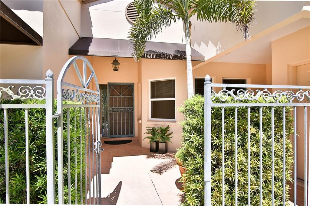 Welcoming Courtyard - Villa for sale at 7686 Calle Facil, Sarasota, FL 34238 - MLS Number is A4413755