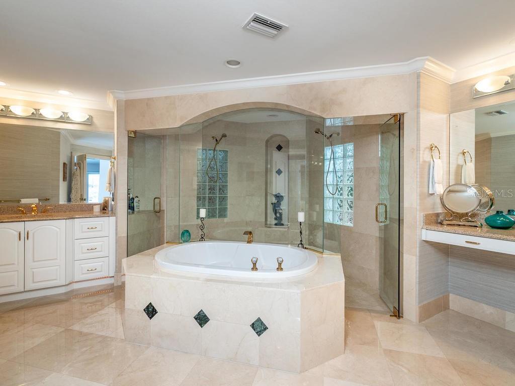 Master bathroom - Single Family Home for sale at 425 Meadow Lark Dr, Sarasota, FL 34236 - MLS Number is A4415655