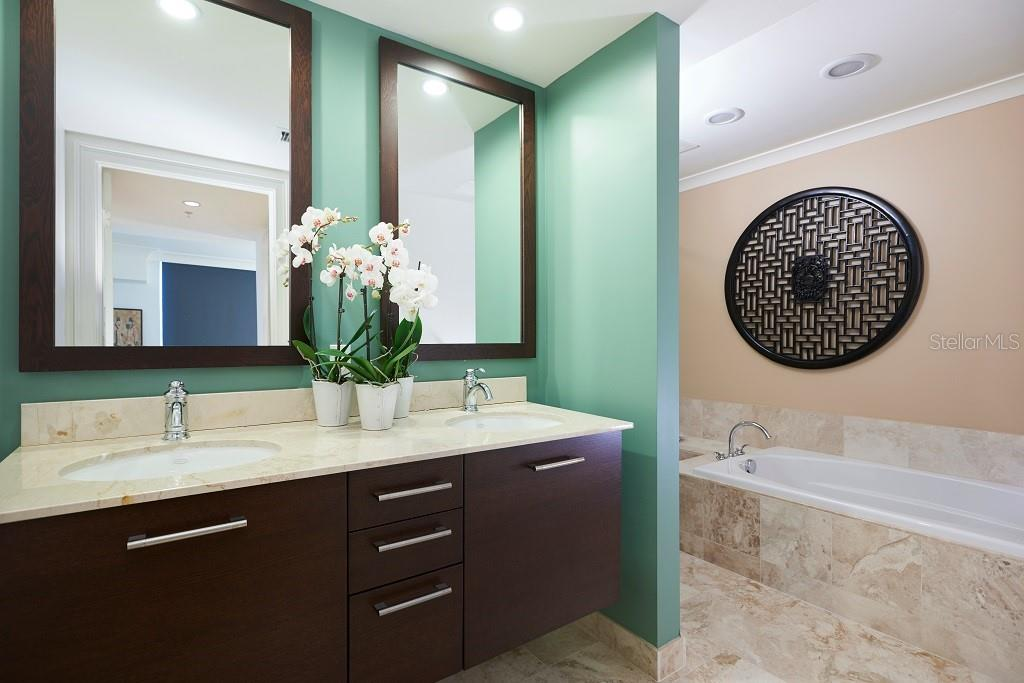 The walk-in shower and tub. - Condo for sale at 1350 Main St #1406, Sarasota, FL 34236 - MLS Number is A4418200