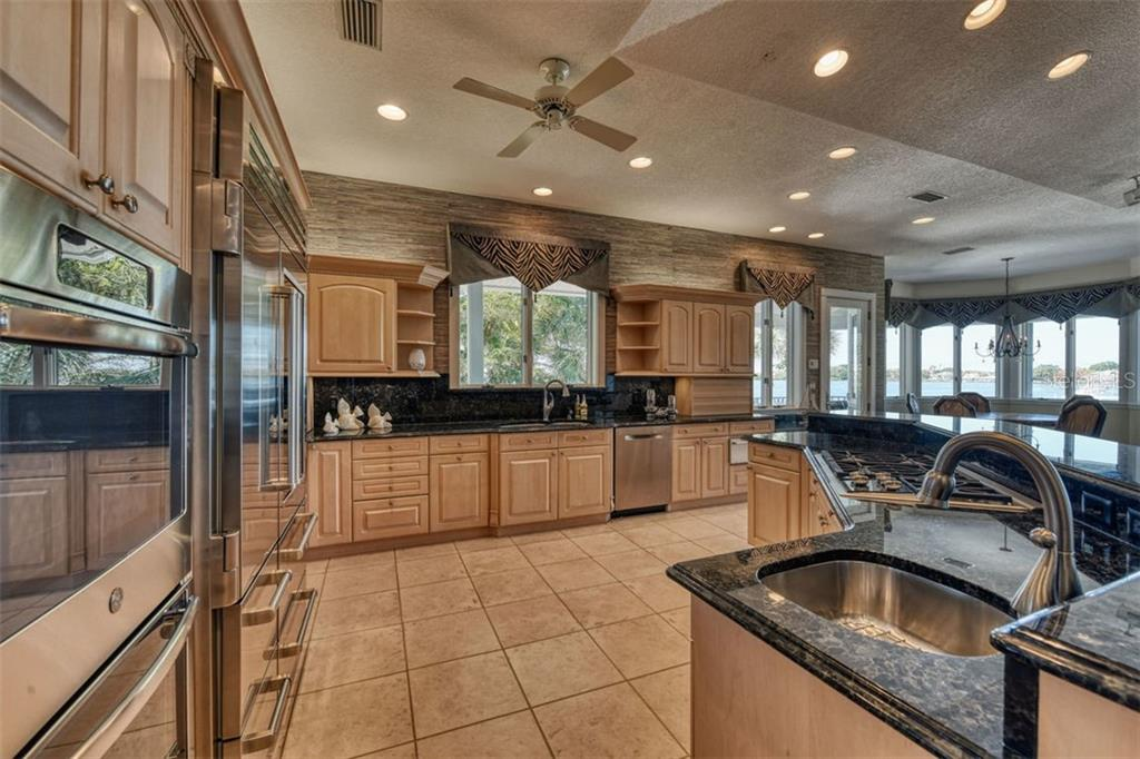 5 burner gas cooktop, 3 sinks, stainless appliances, and granite - Single Family Home for sale at 737 Eagle Point Dr, Venice, FL 34285 - MLS Number is A4428917