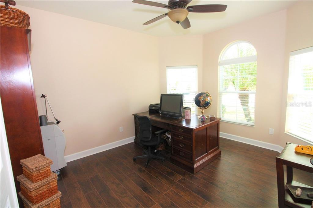Single Family Home for sale at 932 Buttercup Gln, Bradenton, FL 34212 - MLS Number is A4429050