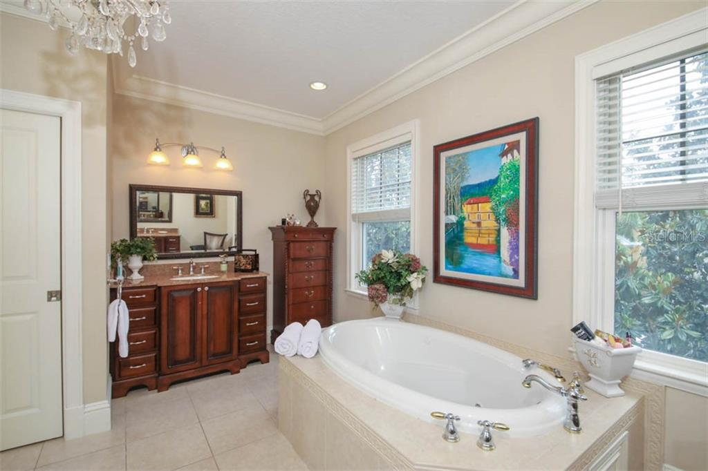 Master bath, jetted tub, dual vanities and water closet. - Single Family Home for sale at 7153 Hawks Harbor Cir, Bradenton, FL 34207 - MLS Number is A4434661