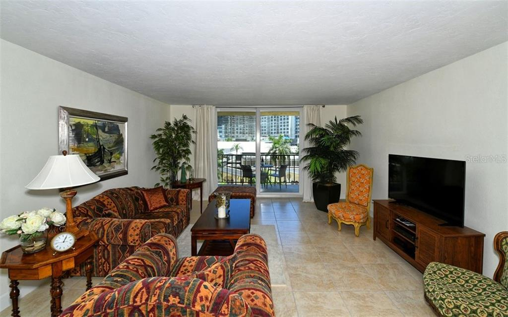 Open & spacious living room - Condo for sale at 101 S Gulfstream Ave #6d, Sarasota, FL 34236 - MLS Number is A4434802
