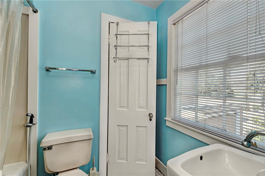 Pass through bathroom from one bedroom into another part of the upstairs. - Single Family Home for sale at 813 Hudson Ave, Sarasota, FL 34236 - MLS Number is A4437601