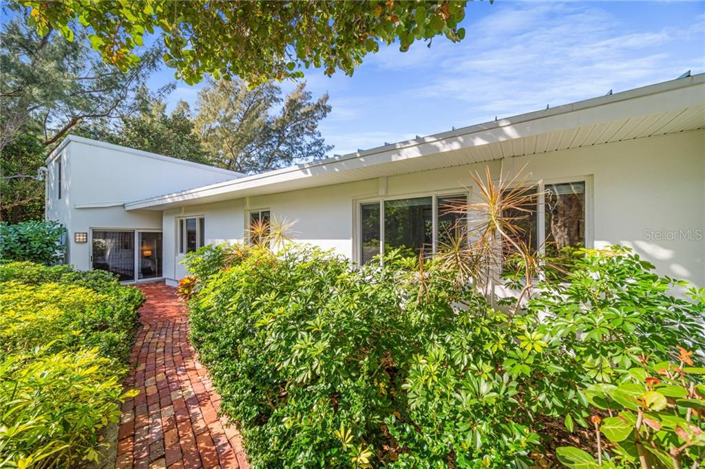 Single Family Home for sale at 8334 Sanderling Rd, Sarasota, FL 34242 - MLS Number is A4461606