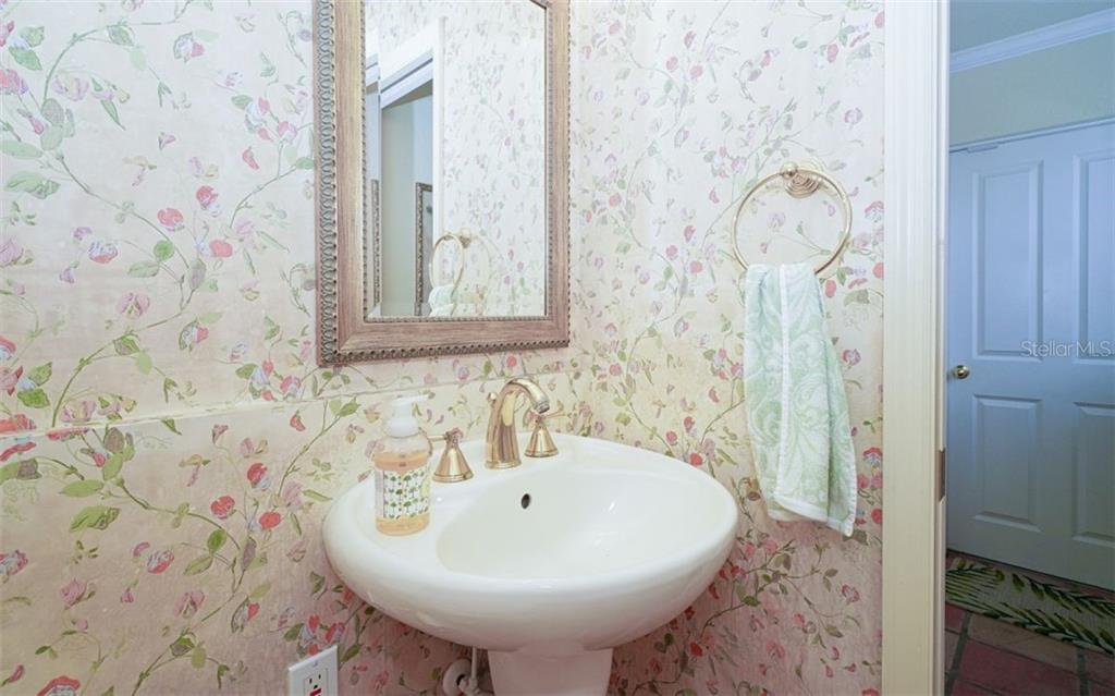 CHARMING & LOVELY POWDER ROOM RIGHT OFF THE KITCHEN - Single Family Home for sale at 3 Winslow Pl, Longboat Key, FL 34228 - MLS Number is A4464990