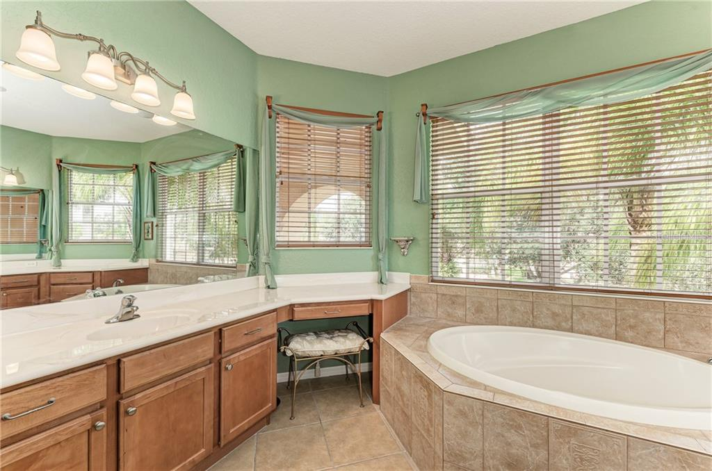 Ensuite master bathroom with a garden tub - Single Family Home for sale at 7118 68th Dr E, Bradenton, FL 34203 - MLS Number is A4480398