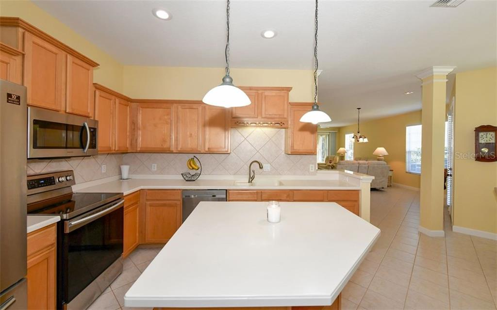 Plenty of counter & cabinet space! - Villa for sale at 4812 Lakescene Pl, Sarasota, FL 34243 - MLS Number is A4486070