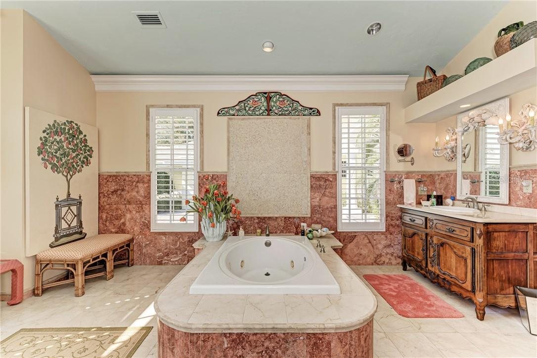 Jacuzzi tub - Single Family Home for sale at 7879 Estancia Way, Sarasota, FL 34238 - MLS Number is A4490318