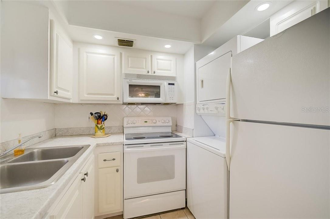 577 Sutton Place Longboat Key Florida 34228 | Stackable Washer & Dryer in Kitchen - Condo for sale at 577 Sutton Pl #T-25, Longboat Key, FL 34228 - MLS Number is A4492432
