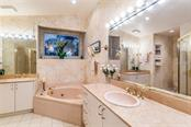 Master bath with spa tub - Single Family Home for sale at 4963 Oxford Dr, Sarasota, FL 34242 - MLS Number is A4417783