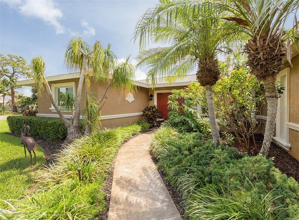 Entry - Single Family Home for sale at 925 Harbor Dr S, Venice, FL 34285 - MLS Number is N5913682