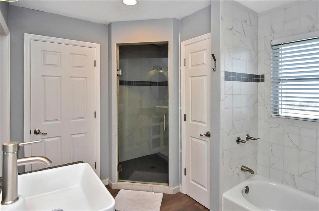 Master bath with shower and tub....double sinks! - Single Family Home for sale at 405 Sunset Dr, Venice, FL 34285 - MLS Number is N5917234