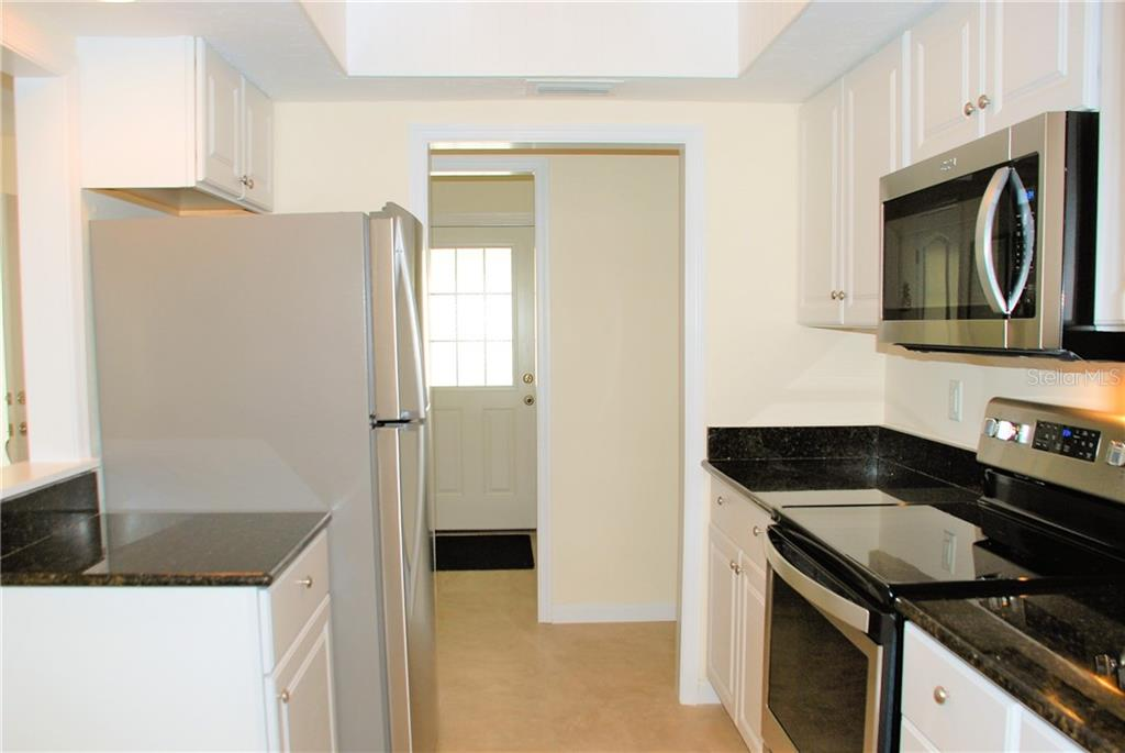 Kitchen - Single Family Home for sale at 920 Inlet Cir, Venice, FL 34285 - MLS Number is N6100937