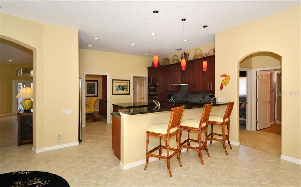 Breakfast bar, kitchen - Single Family Home for sale at 913 Chickadee Dr, Venice, FL 34285 - MLS Number is N6101770