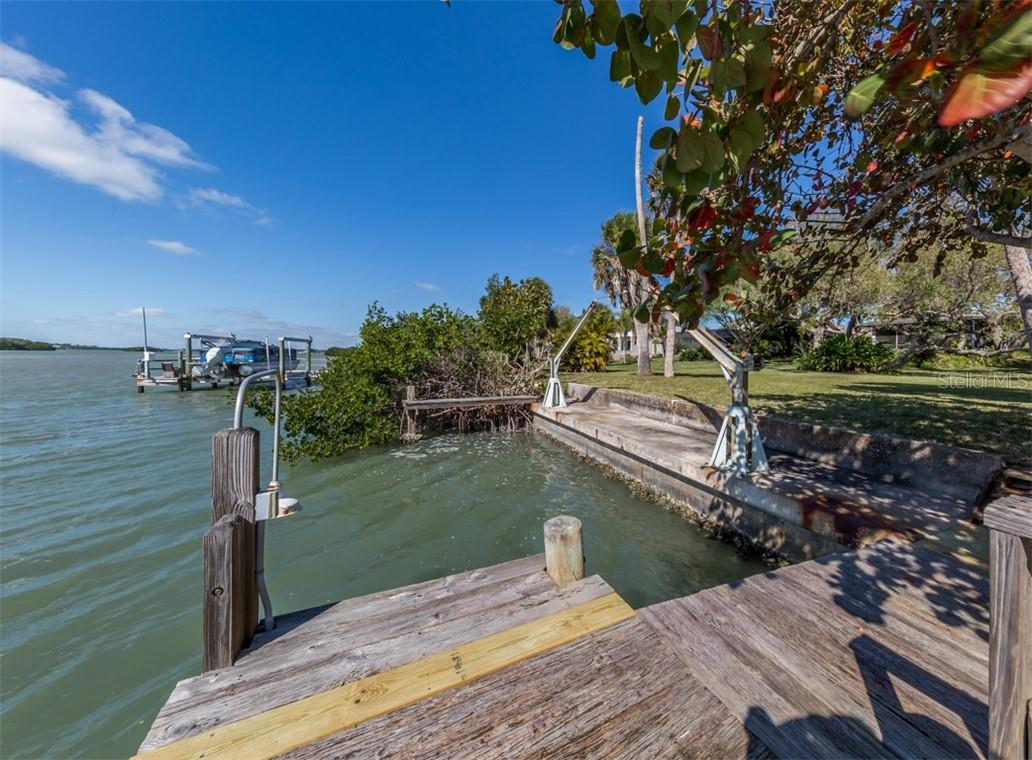 Dock, seawall, davit, electric and water - Single Family Home for sale at 915 Bayshore Rd, Nokomis, FL 34275 - MLS Number is N6109471