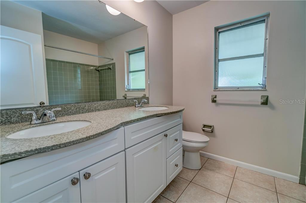 Guest Bath with Dual Sinks - Single Family Home for sale at 158 Golf Club Ln, Venice, FL 34293 - MLS Number is N6111200