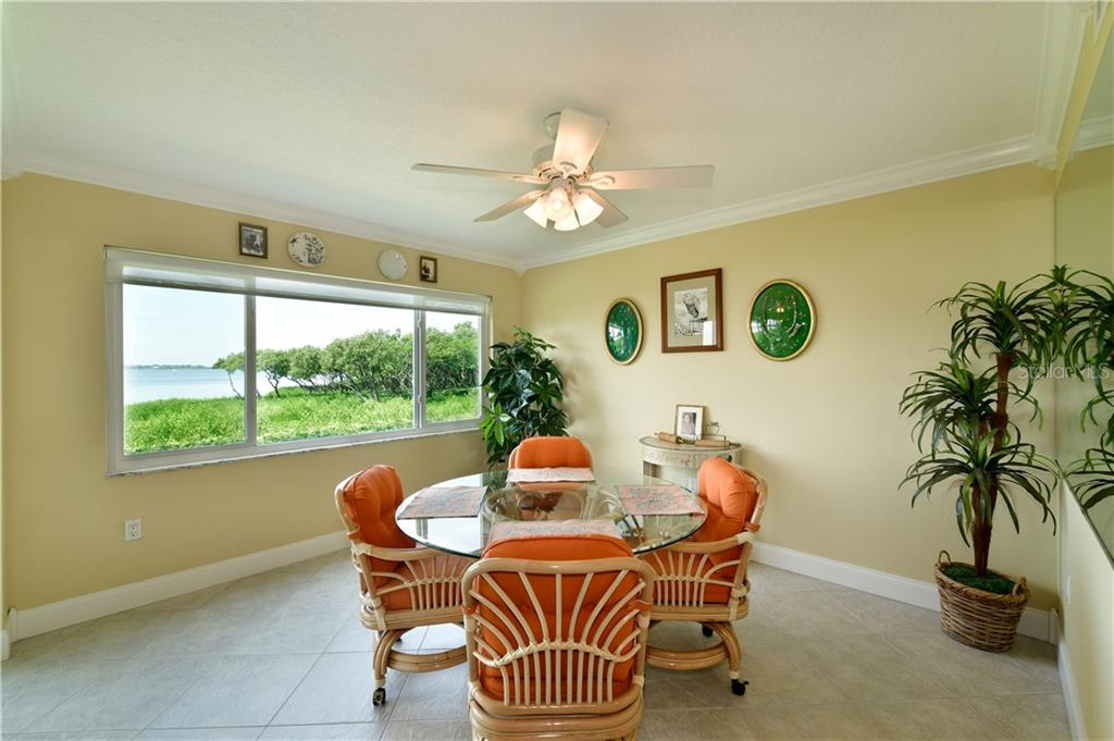 Breakfast bar doubles as serving buffet for entertaining .. - Condo for sale at 4706 Independence Dr, Bradenton, FL 34210 - MLS Number is A4443759