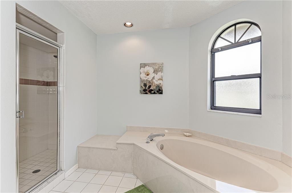 Garden tub with stand alone shower - Single Family Home for sale at 2980 Heather Bow, Sarasota, FL 34235 - MLS Number is A4450964